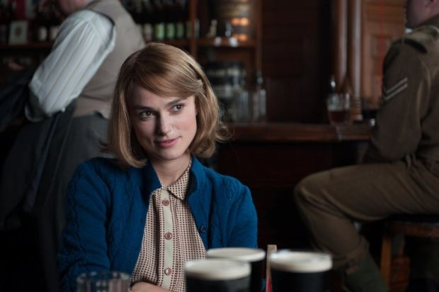 DownloadJoan Clarke (Keira Knightley) in der Bar