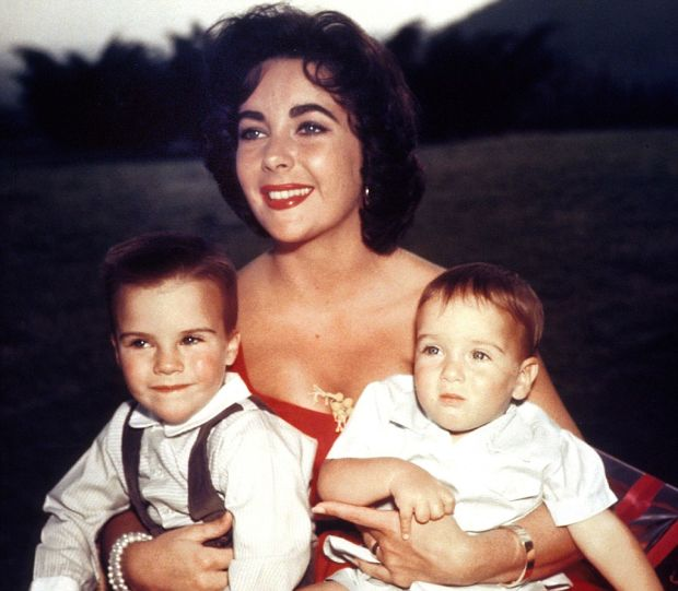 L'actrice americaine Elizabeth Taylor avec ses fils Michael Wilding et Christopher Wilding 1956 --- Elizabeth Taylor with her children Michael Wilding and Christopher Wilding 1956