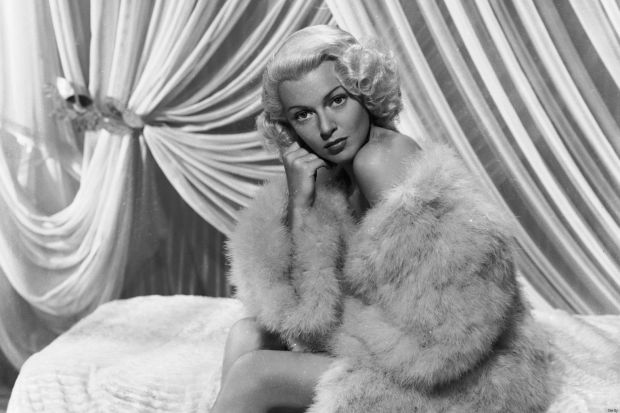 29th October 1945: Hollywood actress Lana Turner (1920 - 1995) wrapped in a sensuous fur coat. (Photo by Eric Carpenter/John Kobal Foundation/Getty Images)